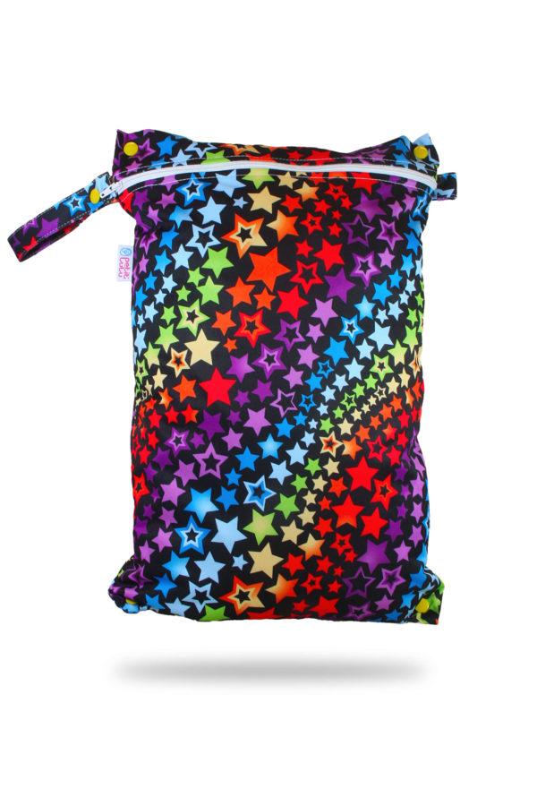 Produktbild 101790-Regenbogen-Sterne-Petit-lulu-Nasstasche-Wetbag-Nappybag2_new mit bunten Sternen und schwarzen Hintergrund