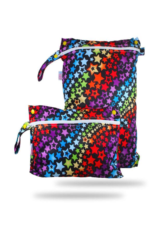 Produktbild 101790-Regenbogen-Sterne-Petit-lulu-Nasstasche-Wetbag-Nappybag_new mit bunten Sternen und schwarzen Hintergrund