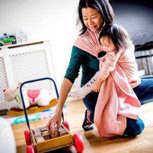 Lifestyle Bild Asiatin spiel mit Kleinking in Didmos_Didysling_Chili_01 Tragetuch