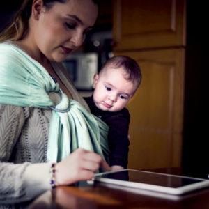 Lifestyle Bild Mutter und Kind lesen am Tablet Didmos_Didysling_Jade_01