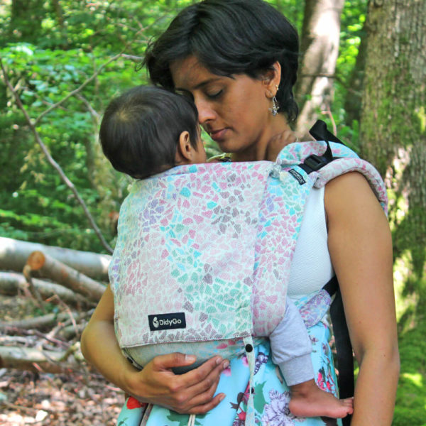 Lifestyle Bild schmusende Mama mit Kleinkind in Didymos DidyGo Sommer-mosaik_60263-04