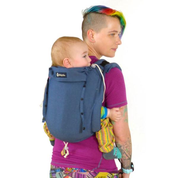 Lifestyle Bild farbenfroh gekleidetes Mutter traegt Baby in Didymos_DidyGo blue denim 66763_2 Babytrage