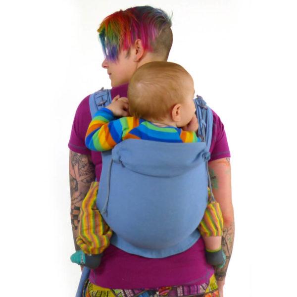 Lifestyle Bild farbenfroh gekleidetes Kind in Didymos DidyGo blue-denim_66763_2b Babytrage