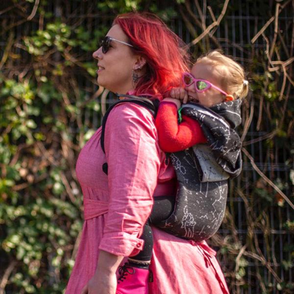 Lifestyle Bild Mutter und Kind zeigen wie man Didymos_DidyGo_the-joy-of-baby-wearing_68263_2b traegt Seitenansicht