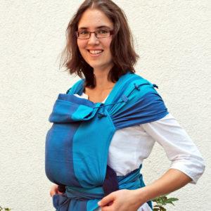 Lifestyle Bild Mutter mit Saeugling in Tragetuch Didymos DidyTai Jan 3078_stamm_3 blau