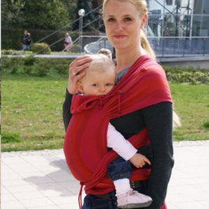 Lifestyle Bild blonde Mutter mit Zopf unterwegs mit Kleinkind in Didymos_DidyTai_Wellen Granat_4458_stamm_2