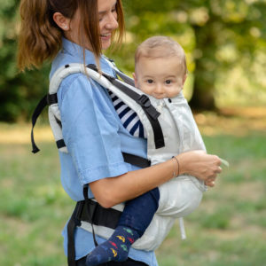 Lifestyle Bild Mutter geht mit Kind in Babytrage LIMAS Flex Blanca_10 spazieren