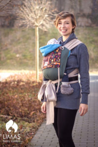 Lifestyle Bild Baby in Babytrage mit Waldmotiven Limas-12 Grundfarbe gruen