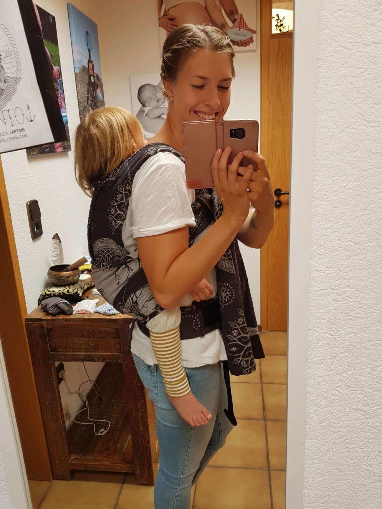 Lifestyle Bild Selfie einer Mutter mit Kleinkind in Oscha Cairis Babytrage 20190814_151231