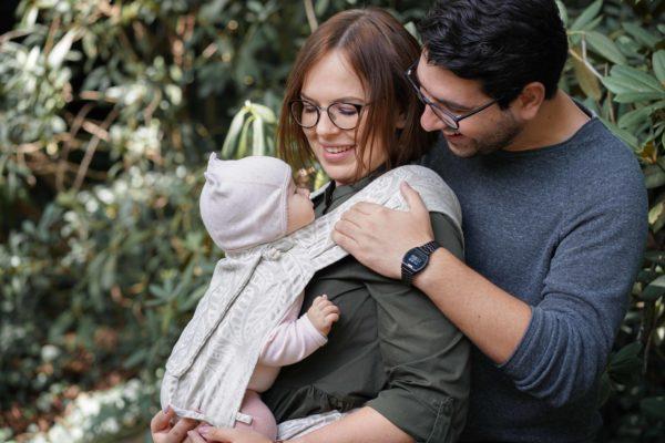 Lifestyle Bild Eltern und Baby in LIMAS Babytrage mit Leinen Valerie 04 schauen sich glücklich an