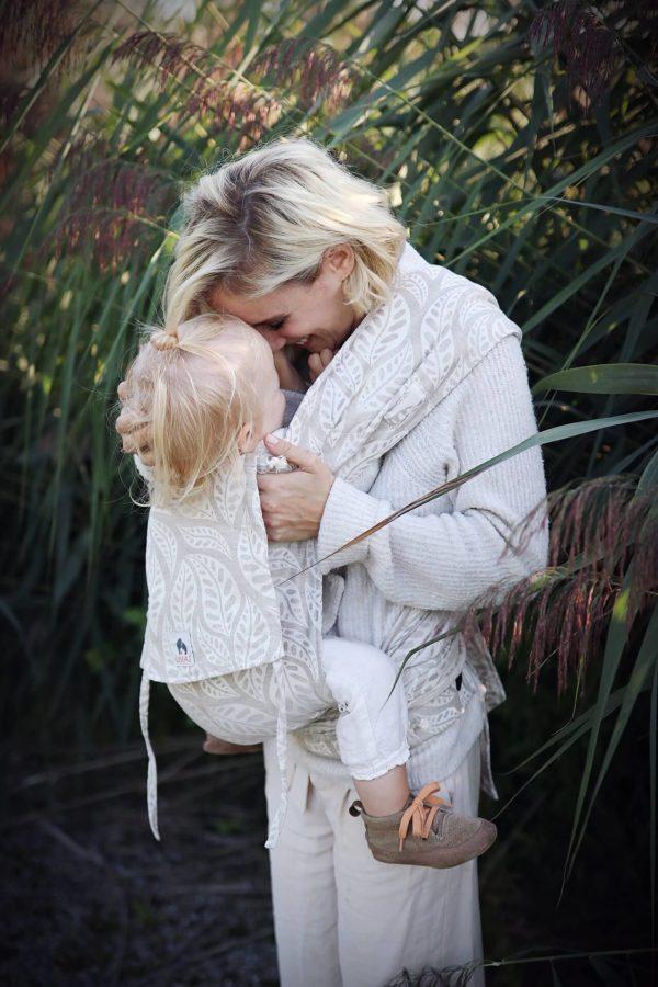 Lifestyle Bild blondes Kleinkind in LIMAS Babytrage mit Leinen Valerie