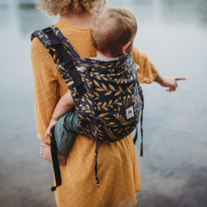 Lifestyle Bild Frau traegt Kleinkind in LIMAS Babytrage Flex Flora Honey Moon_06