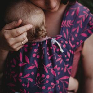 Lifestyle Bild Mama und Baby in LIMAS_Babytrage_Flora_Poppy_Pink_04 eng umschlungen