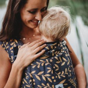Lifestyle Bild blondes Kleinkind in LIMAS Babytrage Plus Flora Honey Moon_01