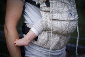 Lifestyle Bild Baby mit nackten Füssen in LIMAS Flex Babytrage mit Leinen Valerie 05 ohne Oberkörperabbildung