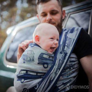 Lifestyle Bild froehliches Kind Didmos_Babytragetuch_Bulli nachtblau_tta-756-1a