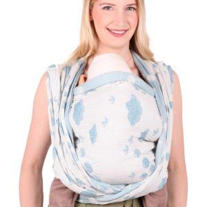 Lifestyle Bild SCHMUSEWOLKE-Tragetuch-Sommer-Musselin Sky-4251562302163-1 mit blauen Ballons, Voegeln und Wolken