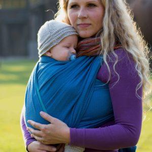 Lifestyle Bild Baby mit Schnuller in Storchenwiege-Tragetuch-TT_Leo türkis_1