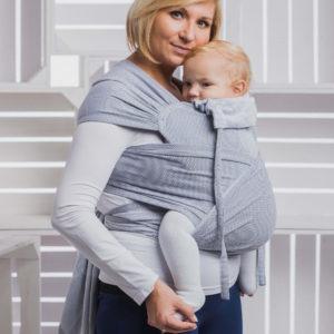 Lifestyle Bild blonde Mutter mit Kleinkind in lennylamb Babytrage WRAP-TAI herringbone-WT_TDDLR_LTTL_HRRNGBN_GR-5901769646490-4