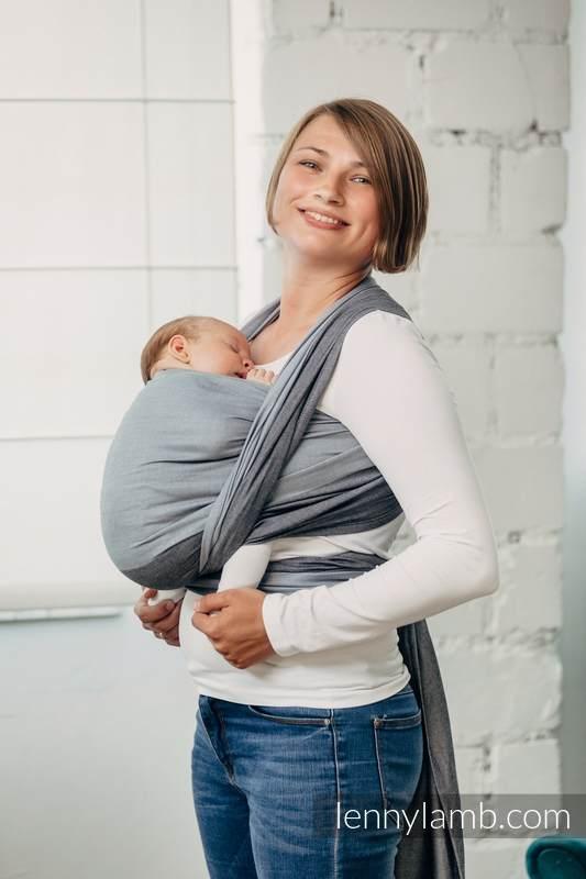 Lifestyle Bild froehliche Mutter traegt Kind lennylamb-Tragetuch-100% Baumwolle-labradorite-howlite-45366