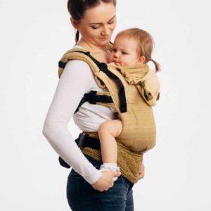 Lifestyle Bild Mutter und Kind mit Zoepfen lennylamb-lennyGo-ergonomische-Babytrage-100% Baumwolle-big-love-ombre-yellow-55333