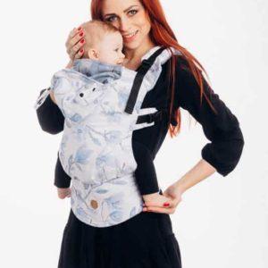 Lifestyle Bild Mutter traegt Kind in lennylamb-lennyGo-ergonomische-Babytrage-100% Baumwolle-magnolia-blue-opal-55963