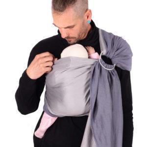Lifestyle Bild Mann mit kurz rasierten Haaren traegt Baby in schmusewolke-ringsling-hybrid-pearl-sw-30606-rh-p